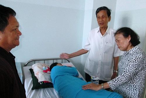 ông Trần Chí Thành và bà Phan Thị Mười PCT Hội thăm và tặng quà bệnh nhân